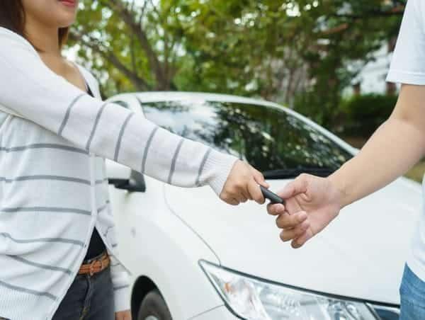 Puis-je assurer la voiture de mon conjoint ?